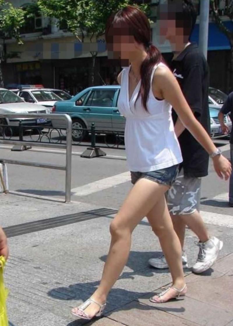 【素人エロ画像】夏本番に入ってノースリーブで出歩くお姉さんのチラ見え乳首wwww 43