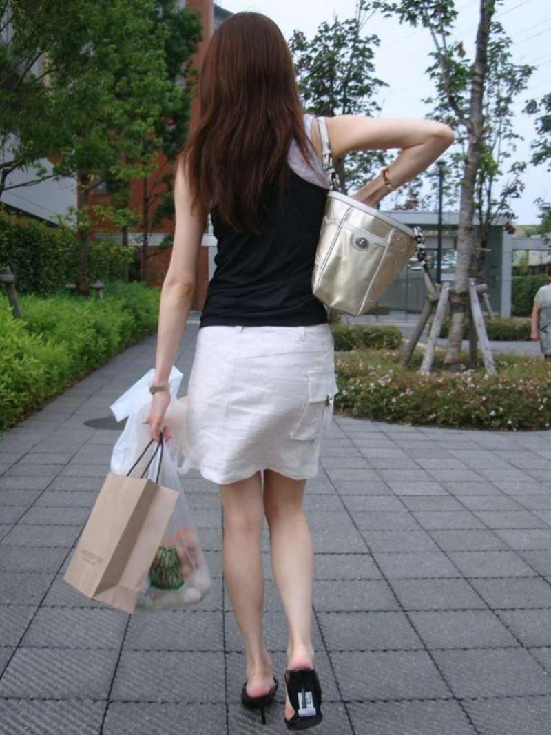 【素人エロ画像】夏本番に入ってノースリーブで出歩くお姉さんのチラ見え乳首wwww 49