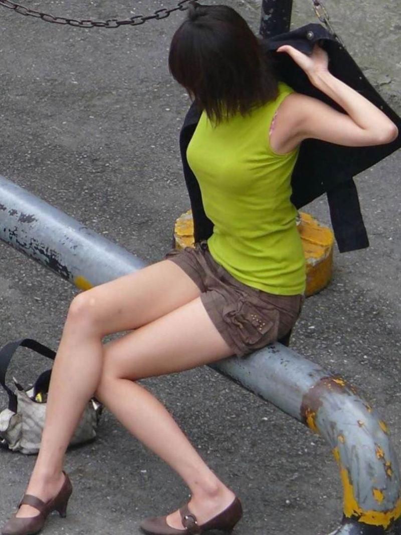 【素人エロ画像】夏本番に入ってノースリーブで出歩くお姉さんのチラ見え乳首wwww 50
