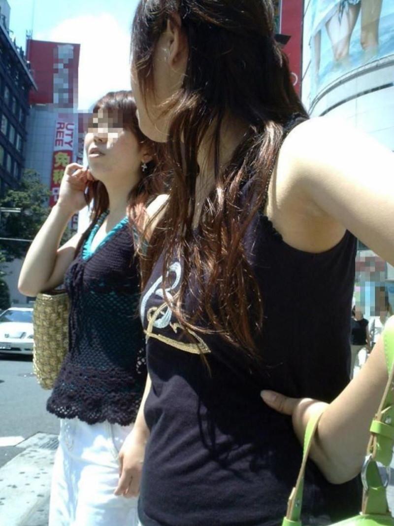 【素人エロ画像】夏本番に入ってノースリーブで出歩くお姉さんのチラ見え乳首wwww 56