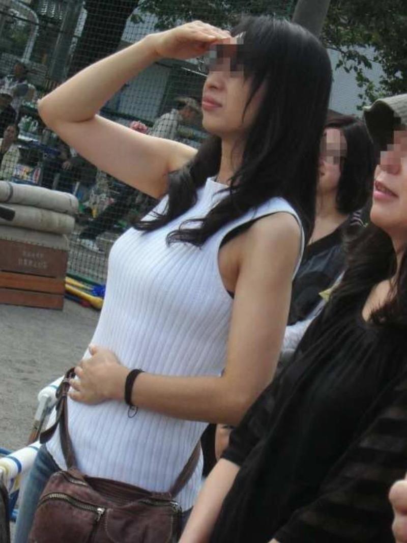 【素人エロ画像】夏本番に入ってノースリーブで出歩くお姉さんのチラ見え乳首wwww 61