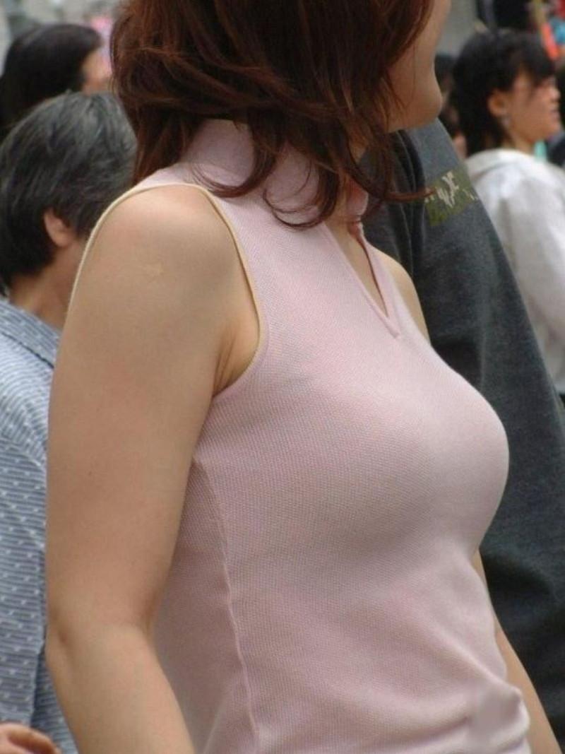 【素人エロ画像】夏本番に入ってノースリーブで出歩くお姉さんのチラ見え乳首wwww 62
