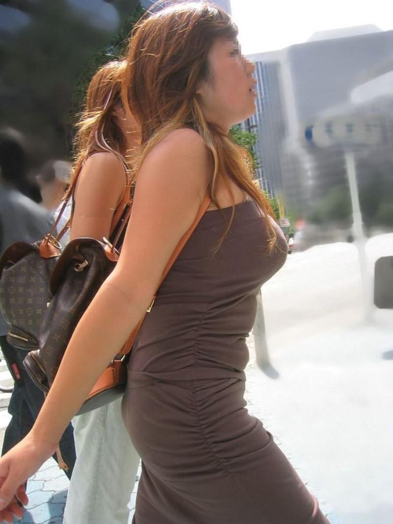 【素人エロ画像】夏本番に入ってノースリーブで出歩くお姉さんのチラ見え乳首wwww 67
