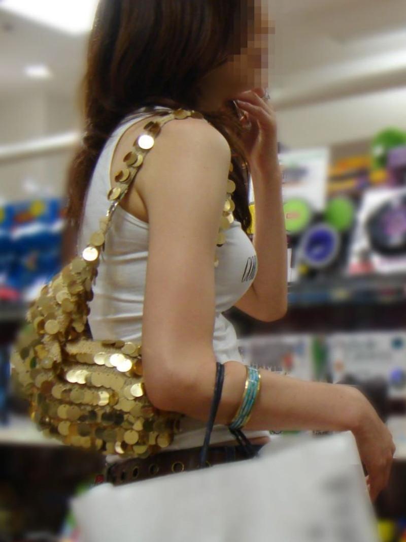 【素人エロ画像】夏本番に入ってノースリーブで出歩くお姉さんのチラ見え乳首wwww 78