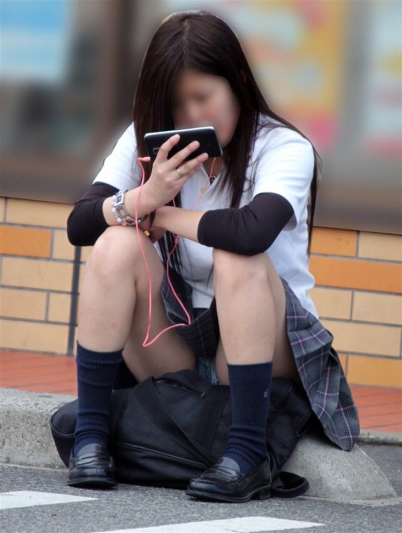 【素人JKパンチラエロ画像】風が吹いたり障害物を跨いだりして見えちゃった女子校生 03