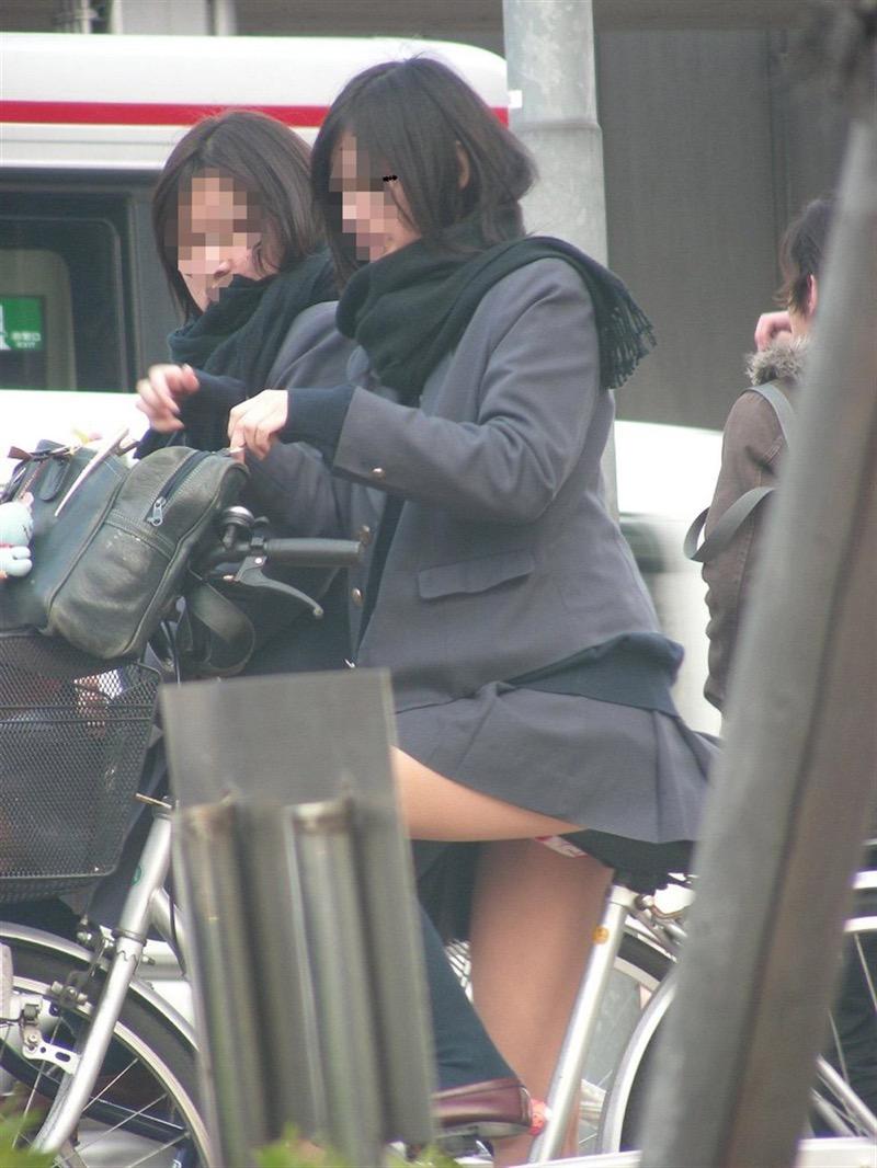 【素人JKパンチラエロ画像】風が吹いたり障害物を跨いだりして見えちゃった女子校生 27