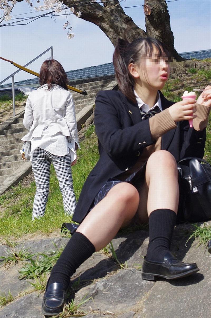 【素人JKパンチラエロ画像】風が吹いたり障害物を跨いだりして見えちゃった女子校生 34