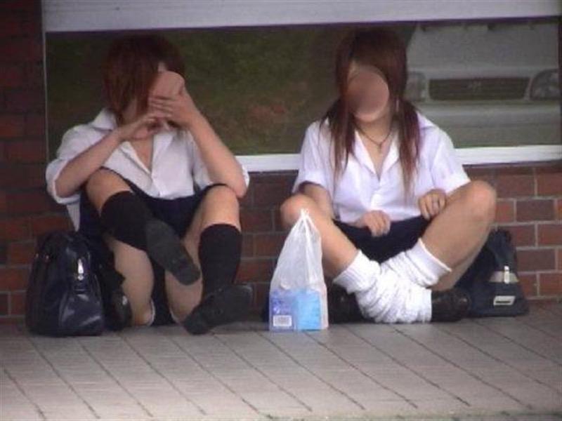 【素人JKパンチラエロ画像】風が吹いたり障害物を跨いだりして見えちゃった女子校生 55