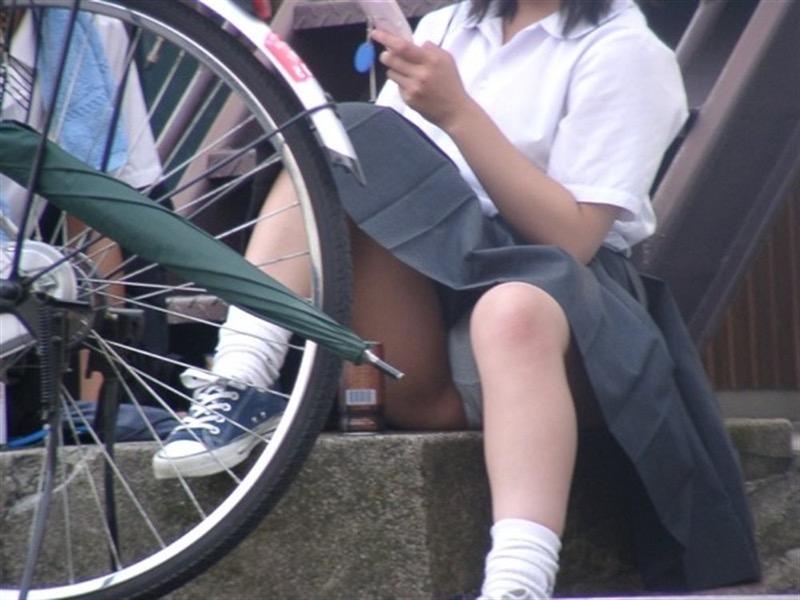 【素人JKパンチラエロ画像】風が吹いたり障害物を跨いだりして見えちゃった女子校生 60