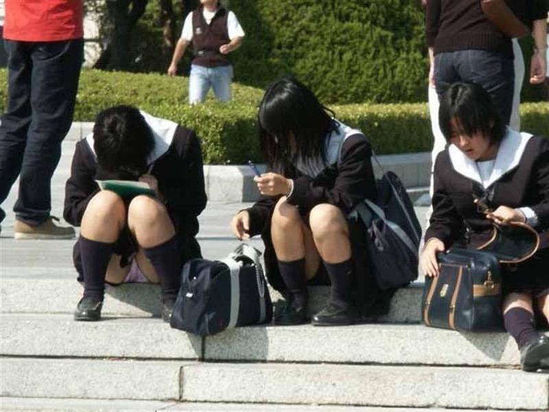 【素人JKパンチラエロ画像】風が吹いたり障害物を跨いだりして見えちゃった女子校生 75