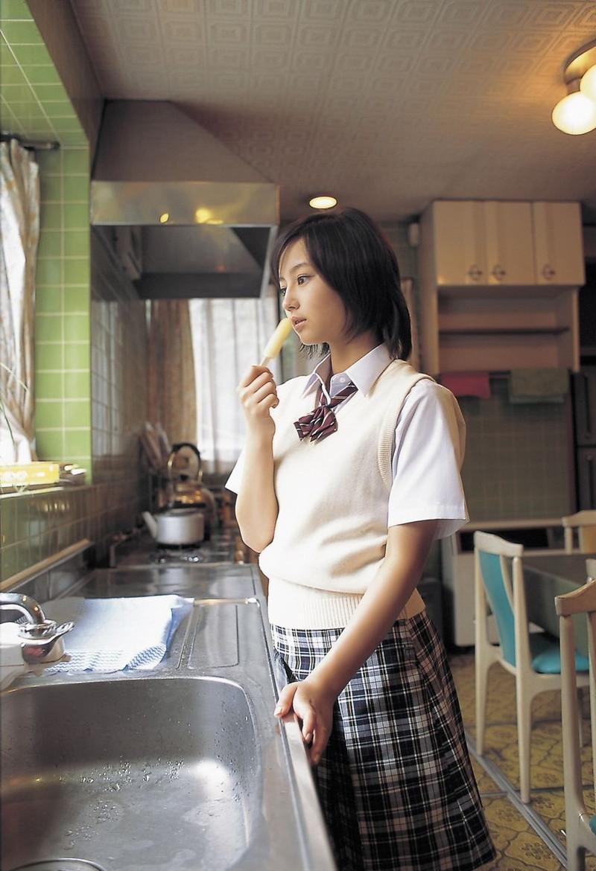 【堀北真希お宝画像】中2でスカウトされた美少女タレントの懐かしいグラビア写真 69