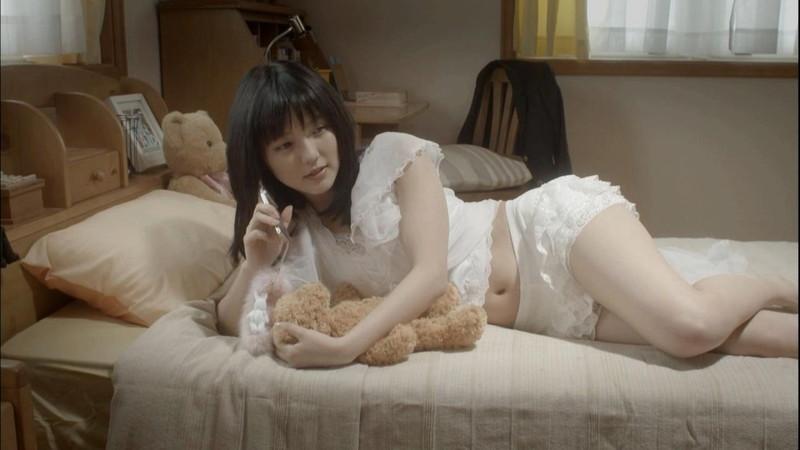 【真野恵里菜キャプ画像】元ハロプロアイドルのキス顔やパンチラアクションが萌えるw 33