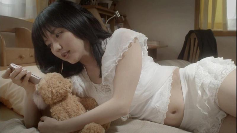 【真野恵里菜キャプ画像】元ハロプロアイドルのキス顔やパンチラアクションが萌えるw 37