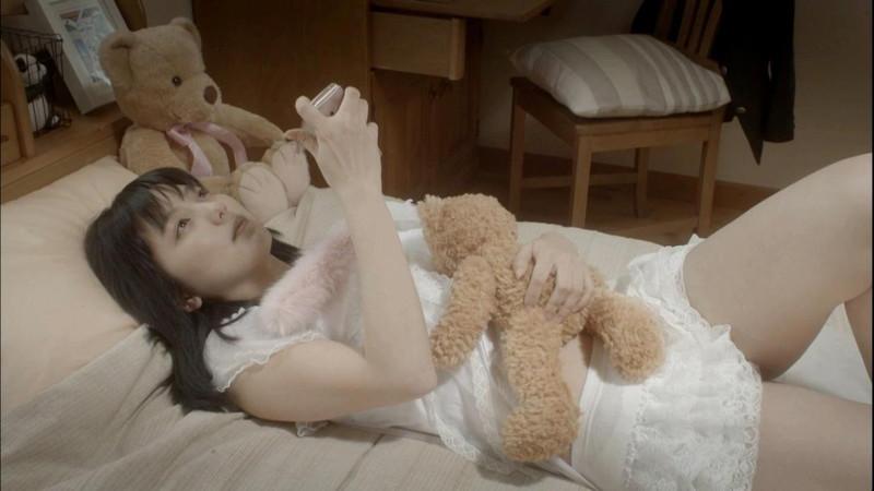 【真野恵里菜キャプ画像】元ハロプロアイドルのキス顔やパンチラアクションが萌えるw 38