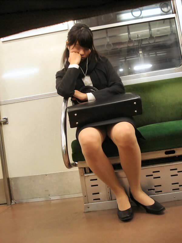 【OLパンストエロ動画】街を歩く制服OLのパンスト美脚を隠し撮り! 16