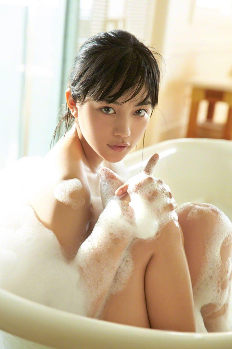 【川口春奈グラビア画像】今では水着姿を見せなくなった女優の貴重なビキニ姿 18