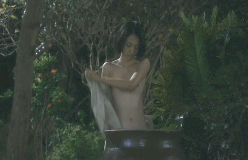 【満島ひかり濡れ場画像】貧乳を全開でバッチリ見せながら行水するエロシーン 05