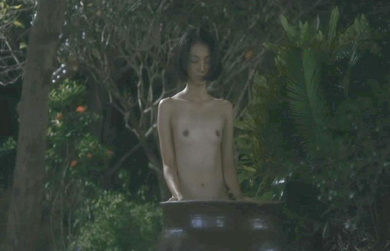 【満島ひかり濡れ場画像】貧乳を全開でバッチリ見せながら行水するエロシーン 11