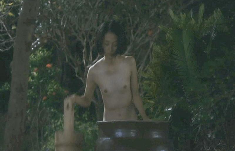 【満島ひかり濡れ場画像】貧乳を全開でバッチリ見せながら行水するエロシーン 12