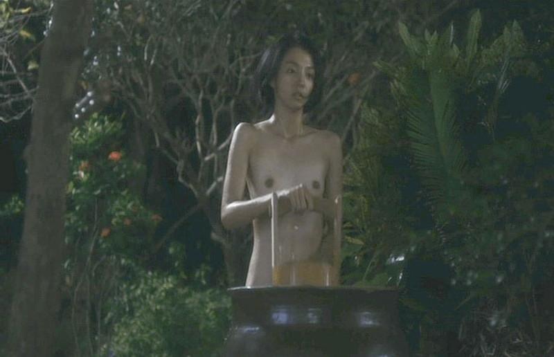 【満島ひかり濡れ場画像】貧乳を全開でバッチリ見せながら行水するエロシーン 17