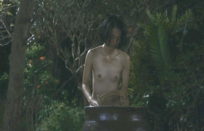 【満島ひかり濡れ場画像】貧乳を全開でバッチリ見せながら行水するエロシーン 24