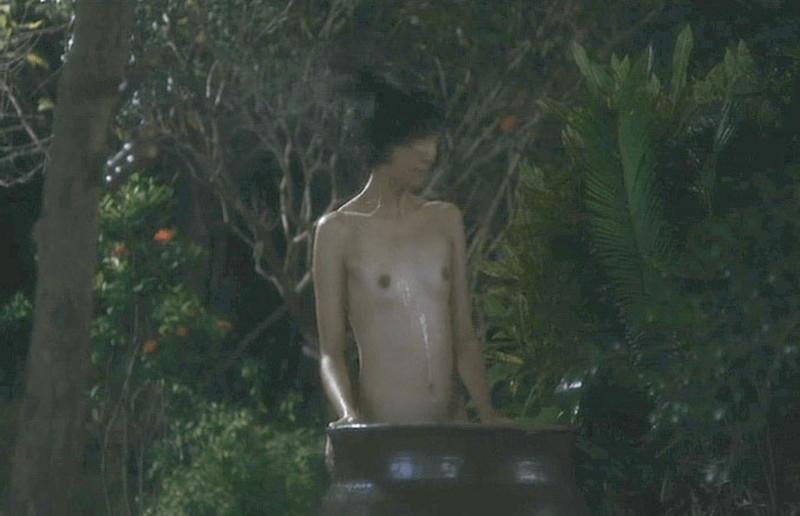 【満島ひかり濡れ場画像】貧乳を全開でバッチリ見せながら行水するエロシーン 29