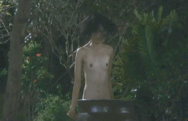 【満島ひかり濡れ場画像】貧乳を全開でバッチリ見せながら行水するエロシーン 30