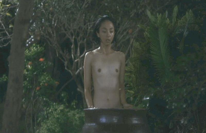 【満島ひかり濡れ場画像】貧乳を全開でバッチリ見せながら行水するエロシーン 34