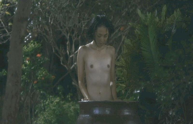 【満島ひかり濡れ場画像】貧乳を全開でバッチリ見せながら行水するエロシーン 35