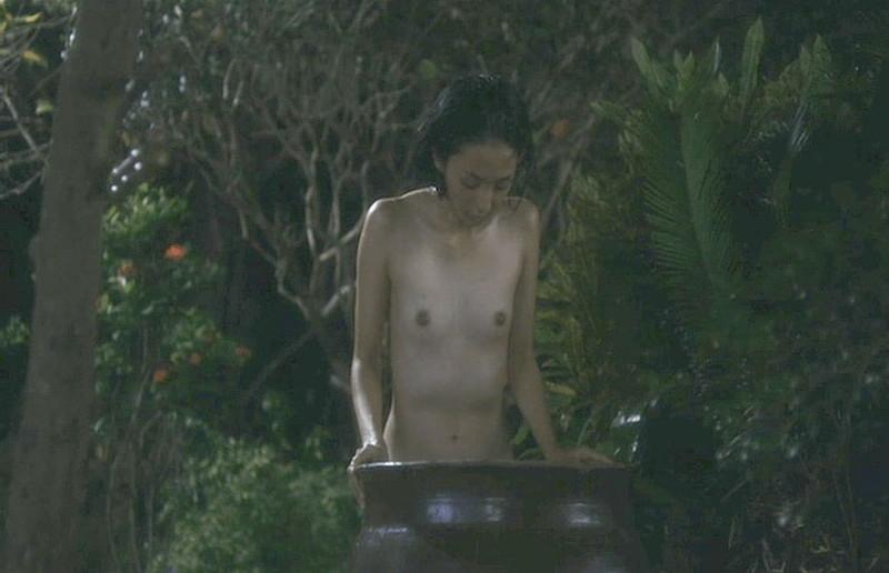 【満島ひかり濡れ場画像】貧乳を全開でバッチリ見せながら行水するエロシーン 37