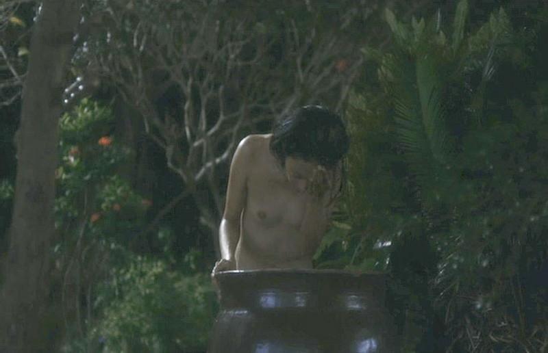 【満島ひかり濡れ場画像】貧乳を全開でバッチリ見せながら行水するエロシーン 40