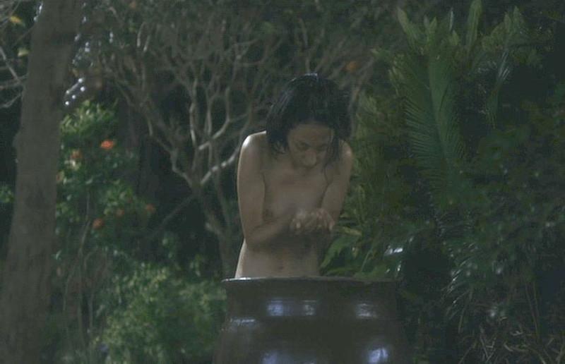 【満島ひかり濡れ場画像】貧乳を全開でバッチリ見せながら行水するエロシーン 49