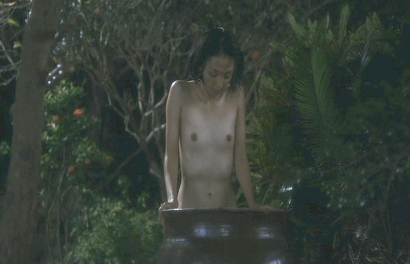【満島ひかり濡れ場画像】貧乳を全開でバッチリ見せながら行水するエロシーン 54