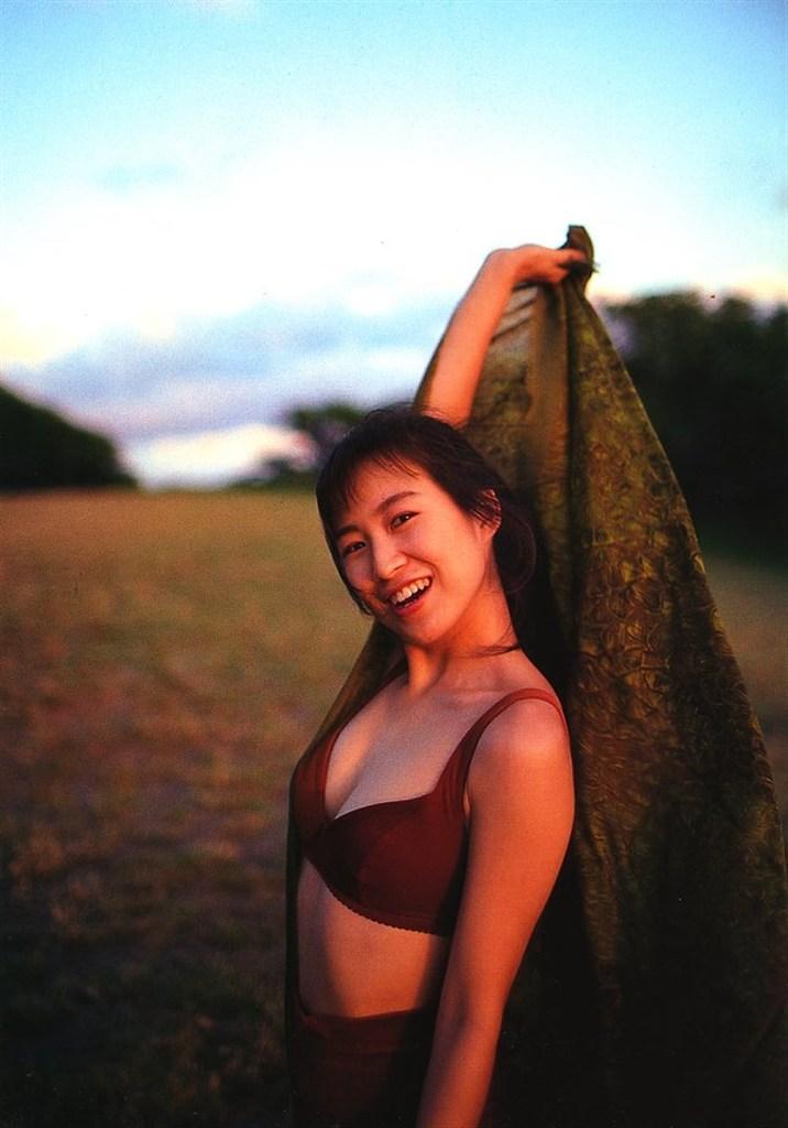 【森口博子お宝画像】ガンダム歌手として人気の歌姫が昔撮ってたセミヌード! 33