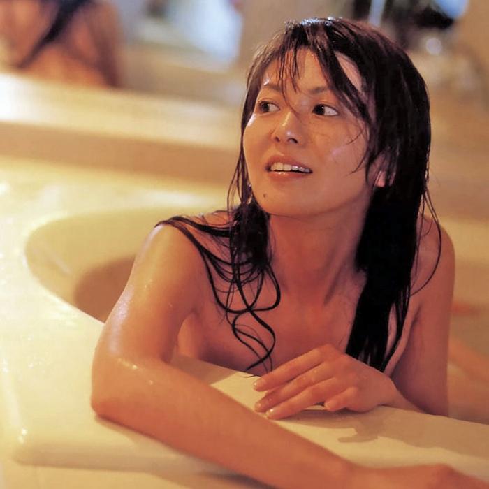 【南野陽子お宝画像】ナンノの艶めかしい濡れ場シーンと懐かしい水着姿! 23