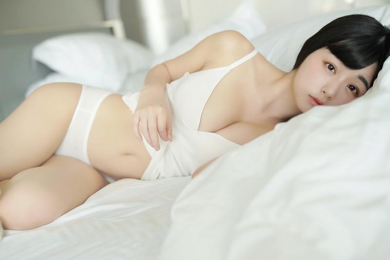 【くりえみグラビア画像】クビレたスレンダー美尻ボディが綺麗でエロい露出痴女