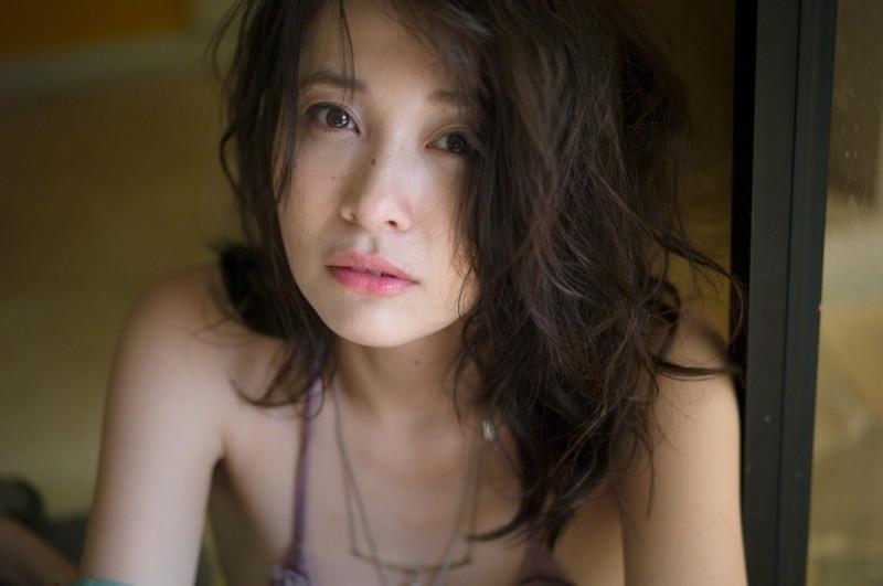 【山崎真実グラビア画像】お尻が自慢の美熟女グラビアアイドルはクビレもエロい! 06
