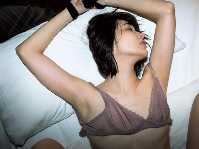 【山崎真実グラビア画像】お尻が自慢の美熟女グラビアアイドルはクビレもエロい! 13