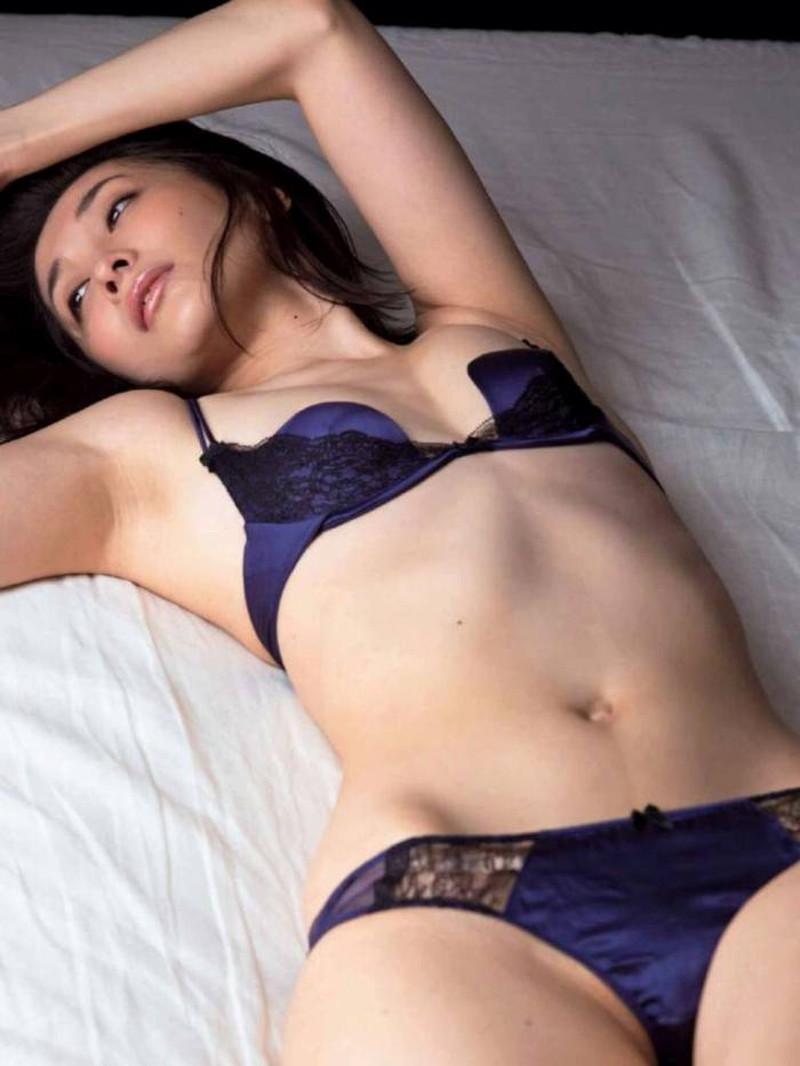 【山崎真実グラビア画像】お尻が自慢の美熟女グラビアアイドルはクビレもエロい! 17