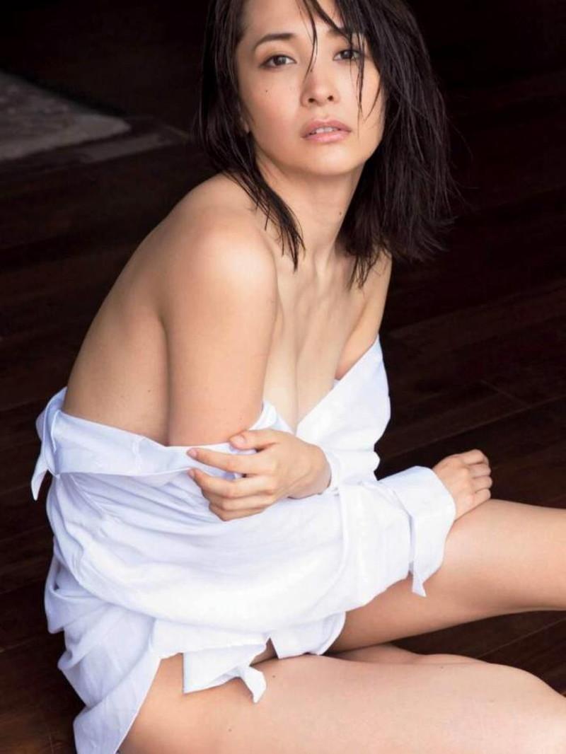 【山崎真実グラビア画像】お尻が自慢の美熟女グラビアアイドルはクビレもエロい! 18