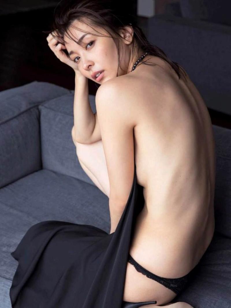 【山崎真実グラビア画像】お尻が自慢の美熟女グラビアアイドルはクビレもエロい! 19