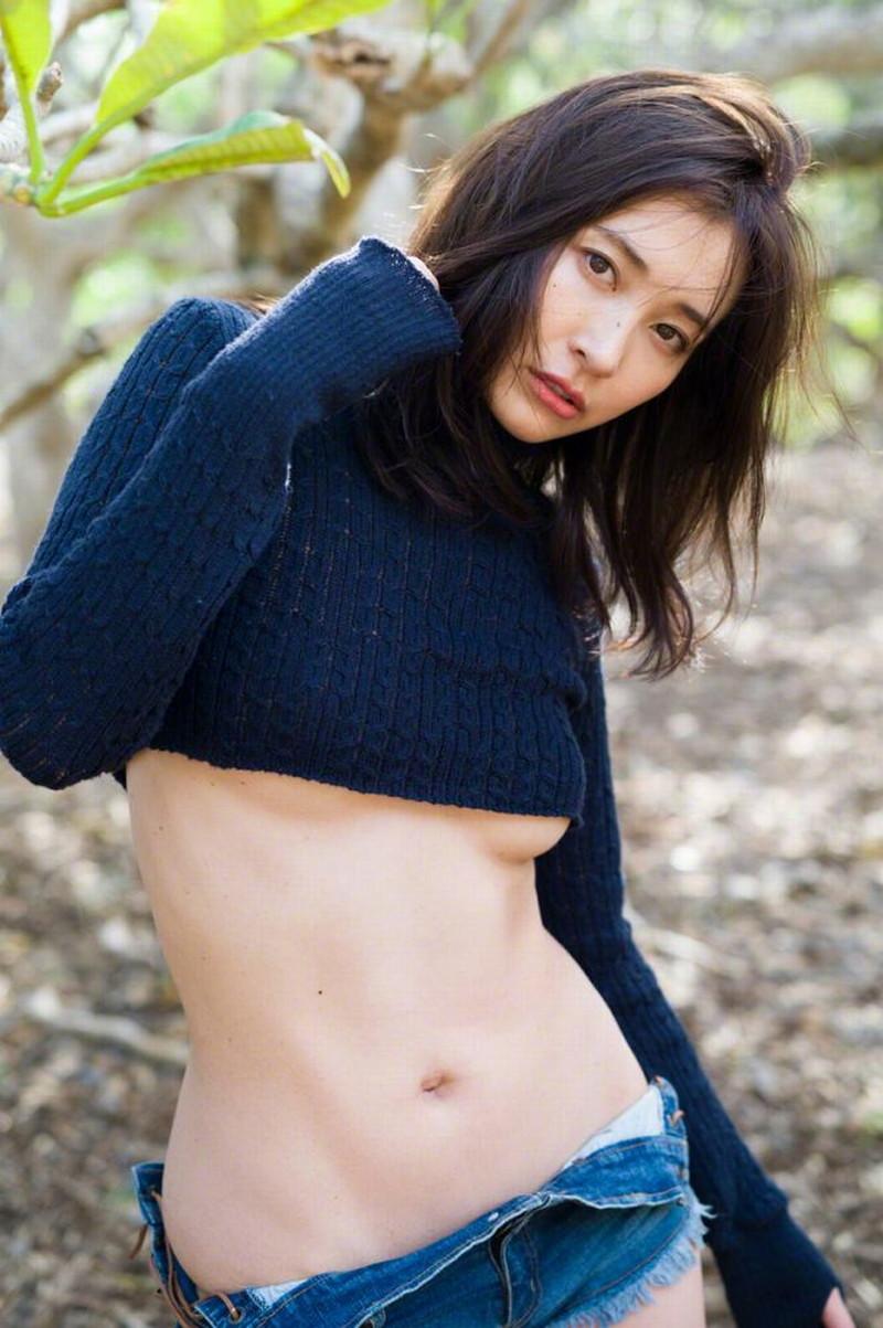 【山崎真実グラビア画像】お尻が自慢の美熟女グラビアアイドルはクビレもエロい! 27
