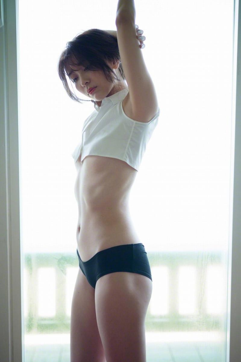 【山崎真実グラビア画像】お尻が自慢の美熟女グラビアアイドルはクビレもエロい! 36