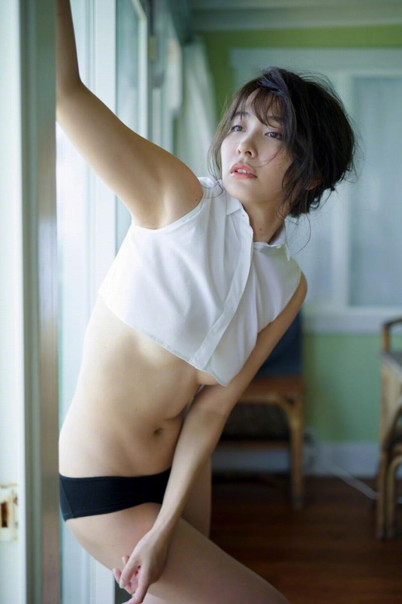 【山崎真実グラビア画像】お尻が自慢の美熟女グラビアアイドルはクビレもエロい! 37