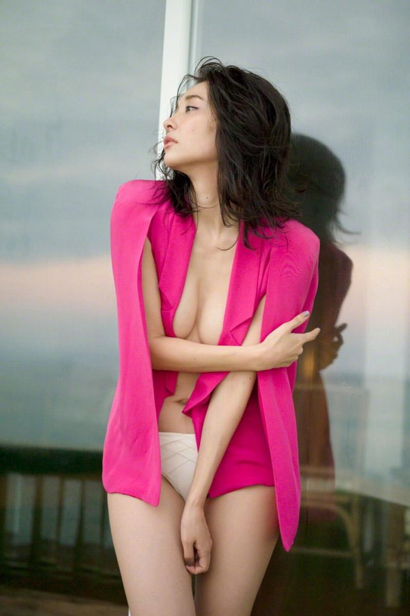 【山崎真実グラビア画像】お尻が自慢の美熟女グラビアアイドルはクビレもエロい! 39