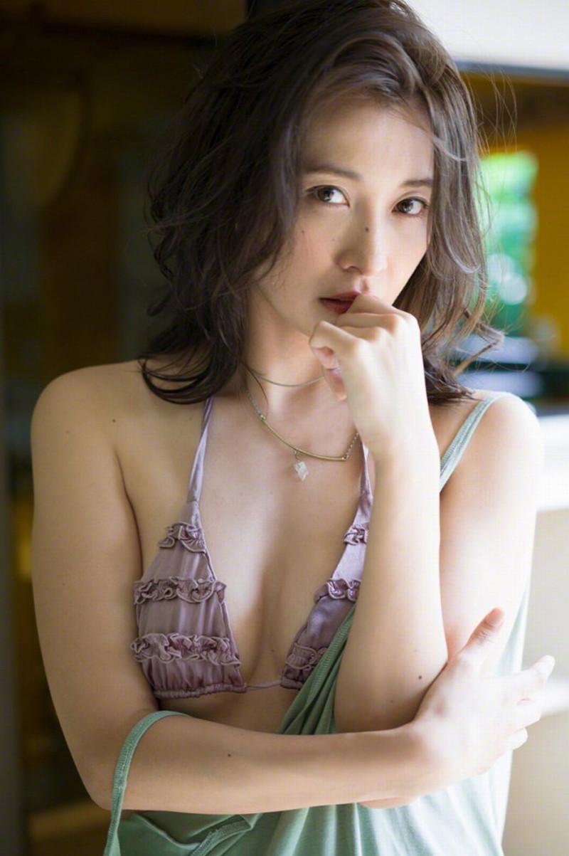 【山崎真実グラビア画像】お尻が自慢の美熟女グラビアアイドルはクビレもエロい! 43