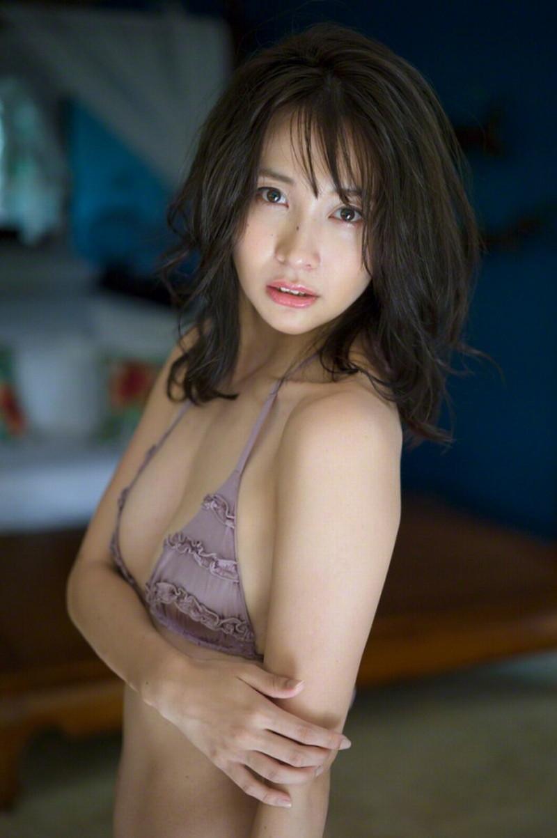 【山崎真実グラビア画像】お尻が自慢の美熟女グラビアアイドルはクビレもエロい! 50