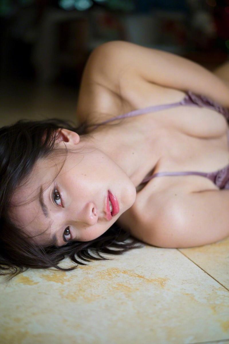 【山崎真実グラビア画像】お尻が自慢の美熟女グラビアアイドルはクビレもエロい! 52