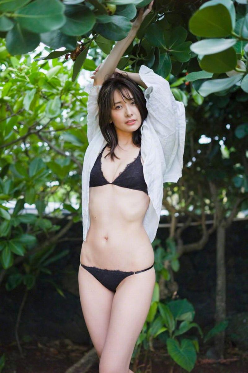 【山崎真実グラビア画像】お尻が自慢の美熟女グラビアアイドルはクビレもエロい! 55
