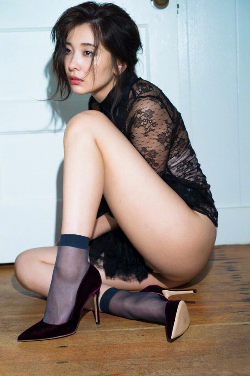 【山崎真実グラビア画像】お尻が自慢の美熟女グラビアアイドルはクビレもエロい! 63